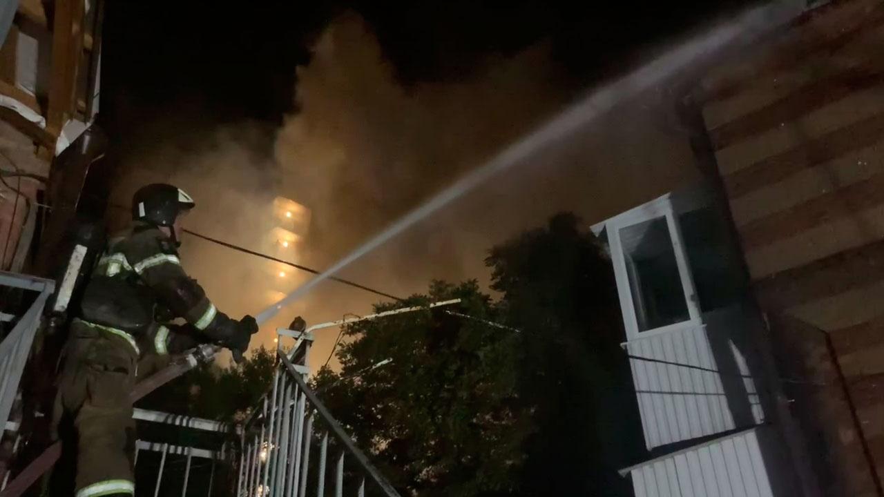 Эвакуированы 18 человек: пожару в жилом доме в Ростове-на-Дону присвоили четвертый уровень сложности