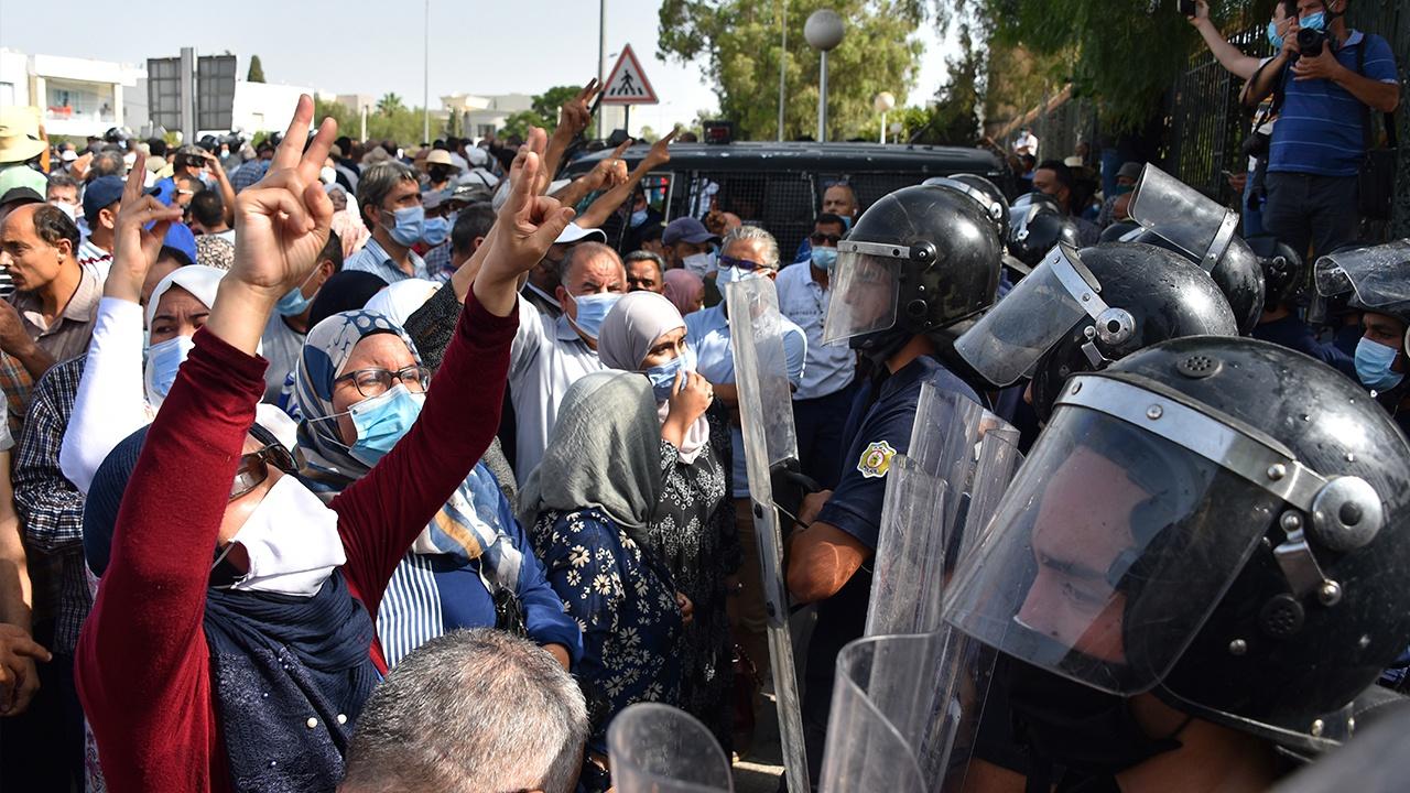Глава Туниса ввел в стране комендантский час и запретил массовые собрания