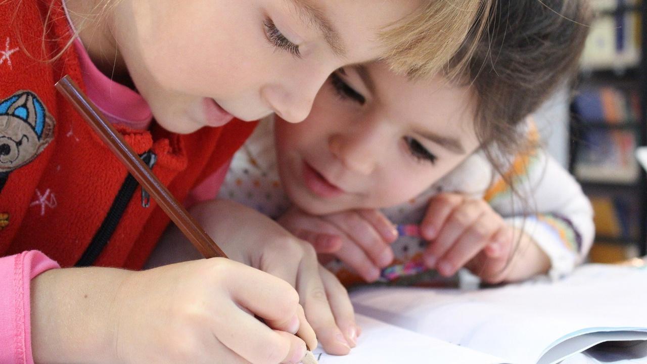 Путин поручил досрочно начать «школьные» выплаты с 2 августа