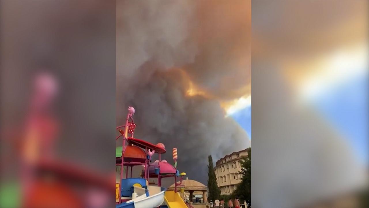 Стены огня: в турецкой Анталье продолжают полыхать лесные пожары