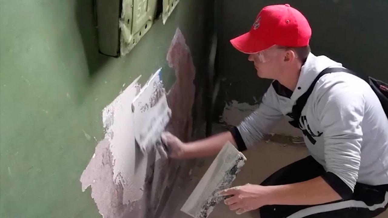 Реальная забота: как активисты ОНФ приводят в порядок подъезды ветеранов ВОВ