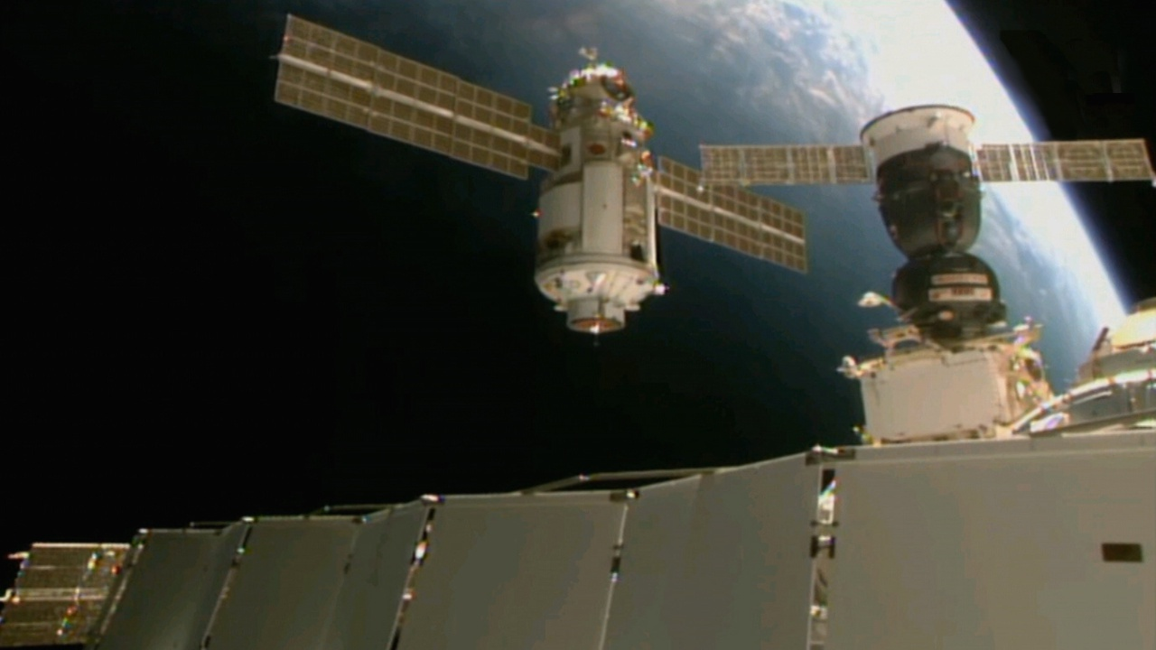 В модуле с трещиной на МКС резко упало давление