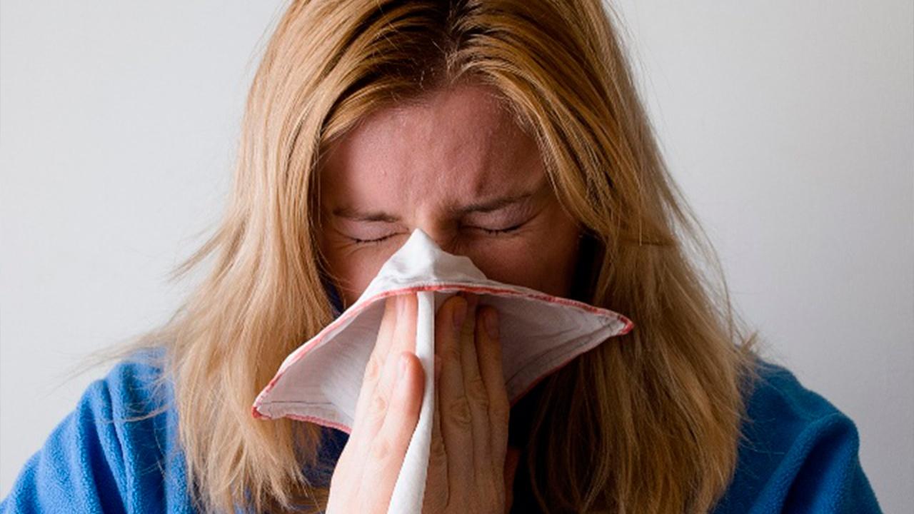 Врач рассказал, как быстро отличить коронавирус от простуды