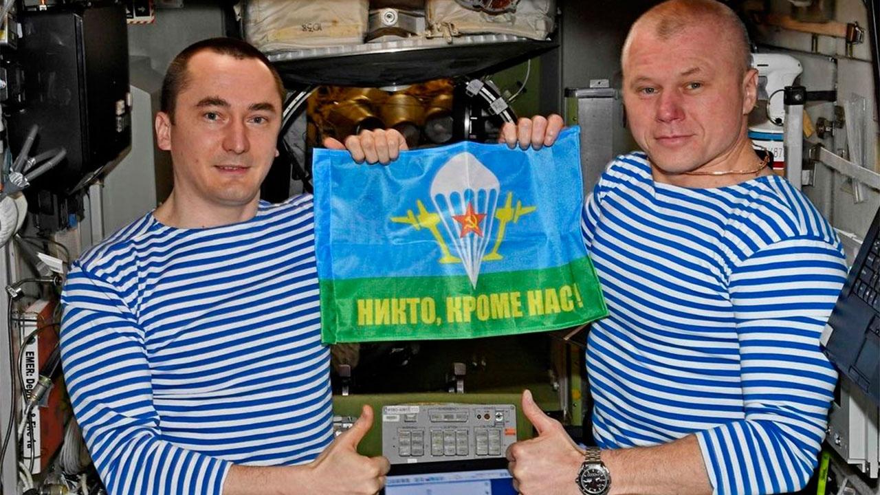 Космонавты Дубров и Новицкий поздравили десантников с Днем ВДВ