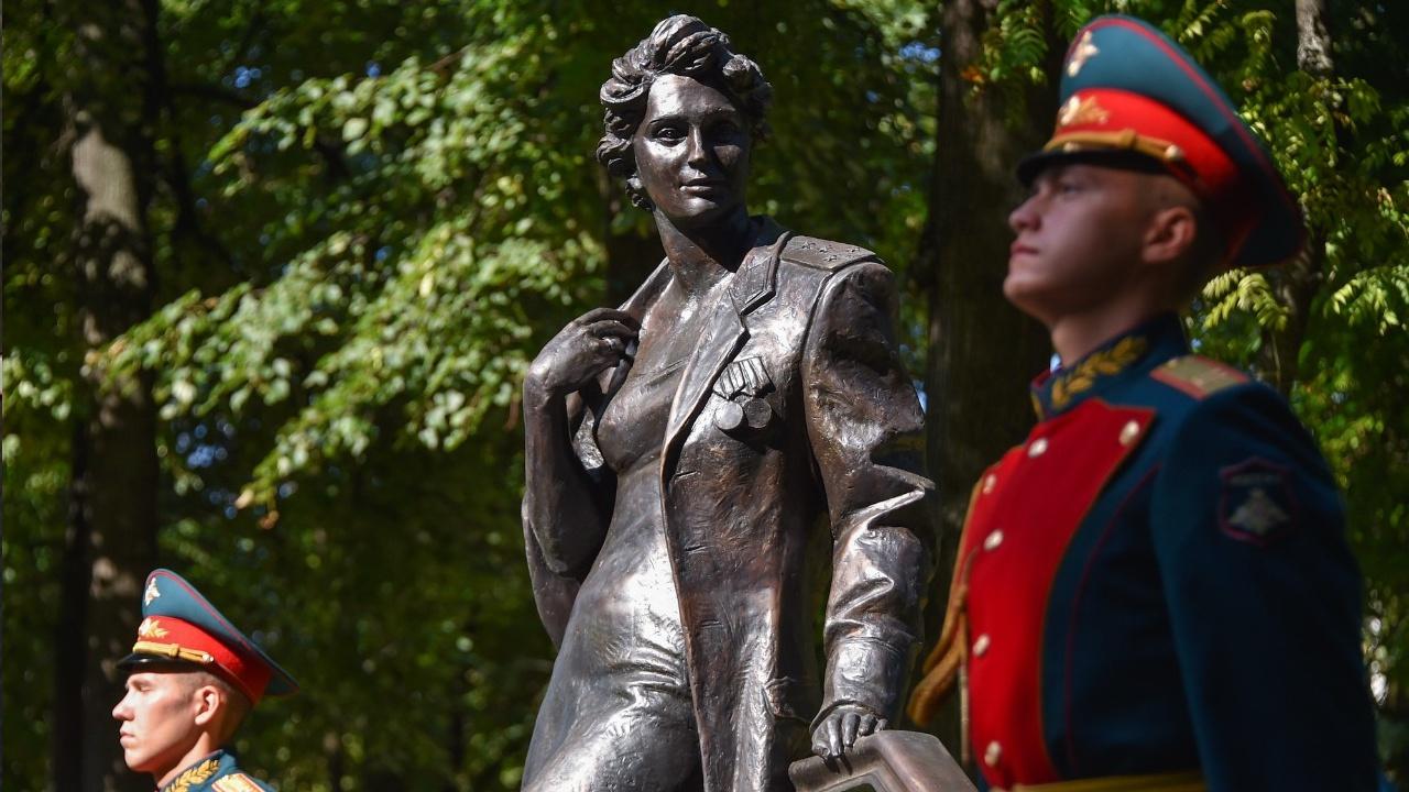 В Москве у Дома Российской армии открыли скульптурную композицию «Жена офицера»