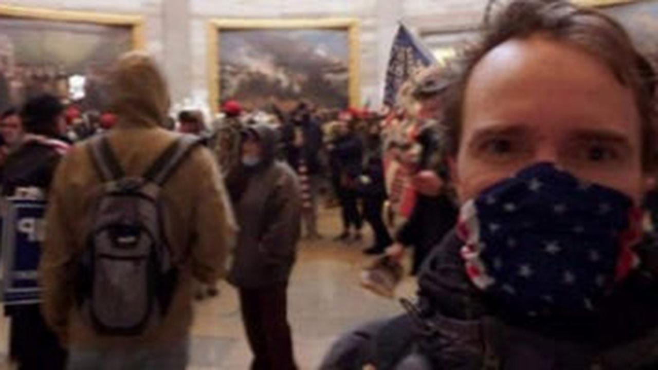 Участника штурма Капитолия арестовали после того, как мать опубликовала его фото из здания