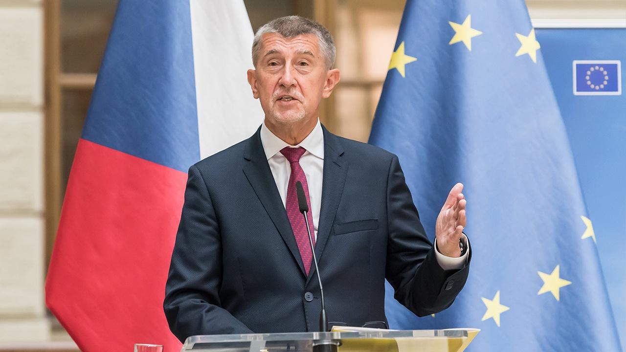 Политический противник премьера Чехии бросил в него яйцо
