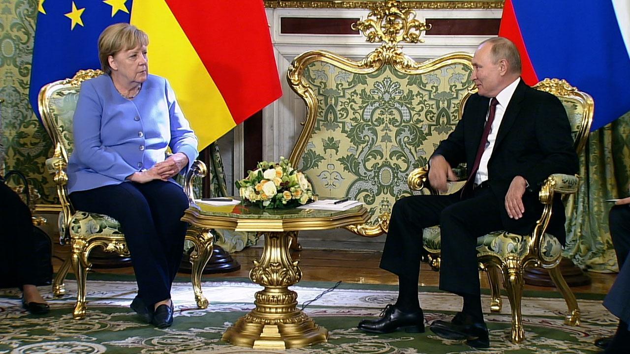Путин попросил Меркель повлиять на Зеленского для мирного урегулирования в Донбассе