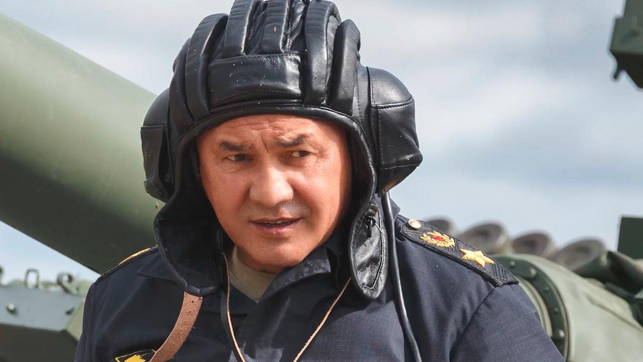 Шойгу рассказал о соревновании с Герасимовым на трассе танкового биатлона