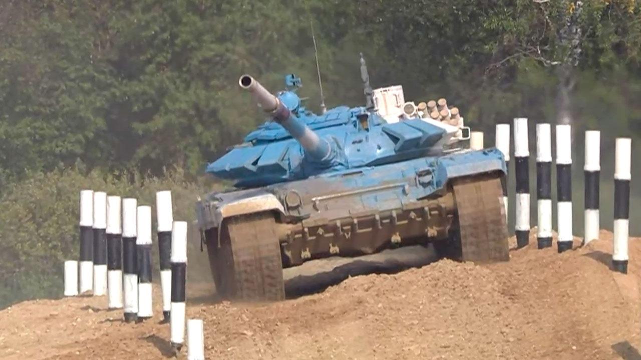 «Танковый биатлон» в Алабино: россияне потеряли гусеницу, но одолели соперников