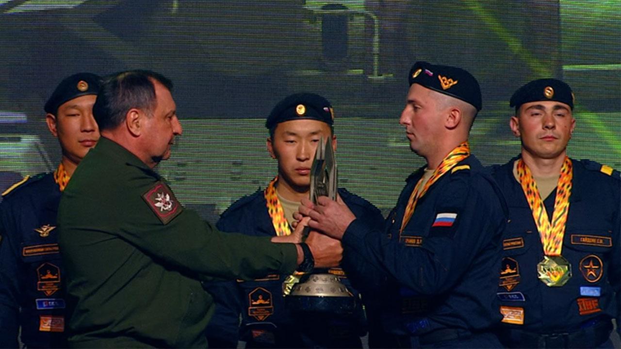 Дмитрий Булгаков вручил кубок победителям «Танкового биатлона»