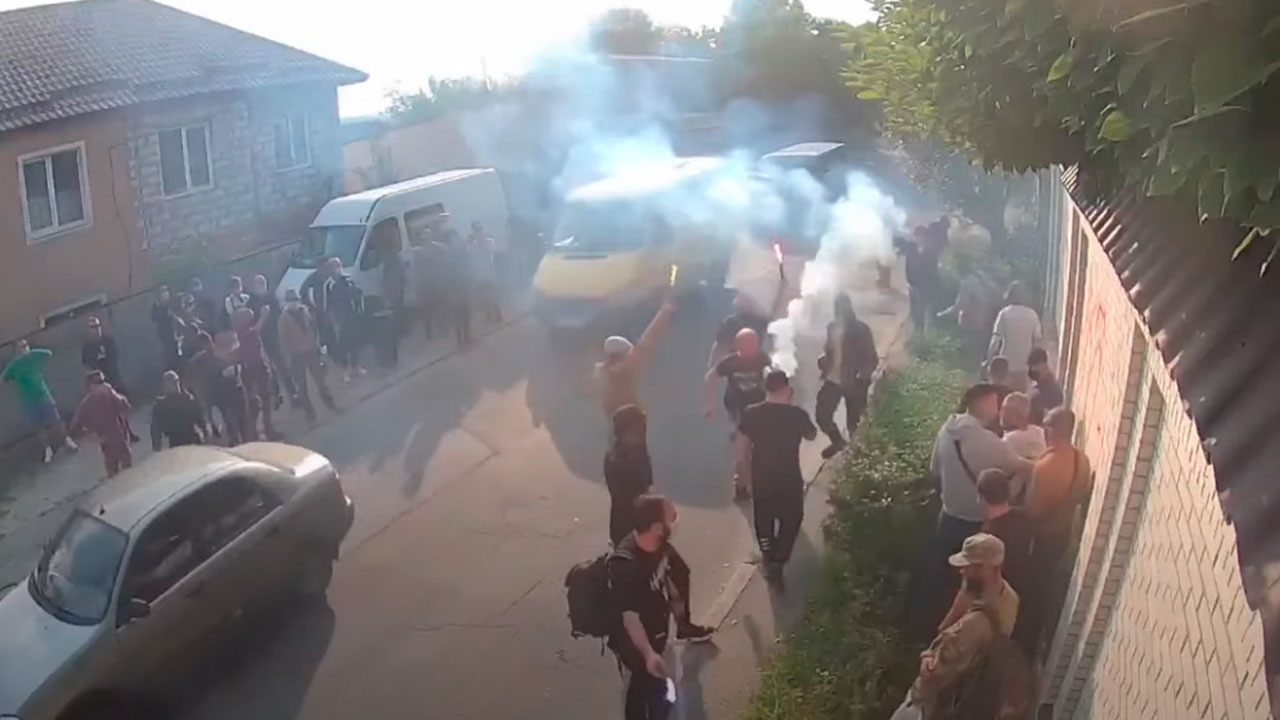 Украинские радикалы забросали файерами и дымовыми шашками дом Медведчука