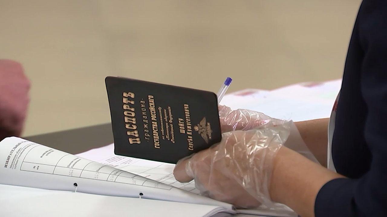 Шойгу продемонстрировал обложку паспорта с дореволюционной орфографией