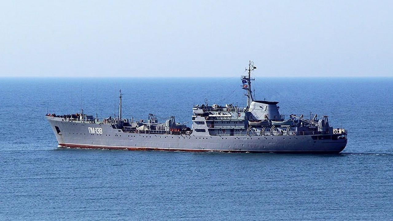 Плавучая мастерская Черноморского флота «ПМ-138» проходит через Дарданеллу и Босфор