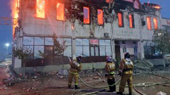 В Хасавюрте полыхает гостиница: есть погибший и пострадавшие