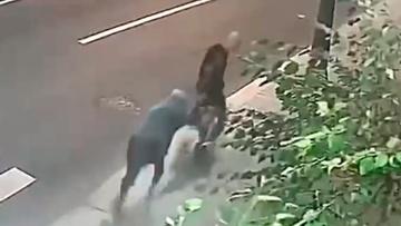 Неравный бой: пенсионерка смогла отбиться от напавшего на нее грабителя