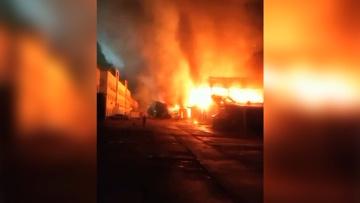 Пожар площадью три тысячи квадратов полыхает в ангаре в Подмосковье