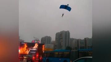 Четверо парашютистов приземлились среди автомобильной пробки на Ленинском проспекте