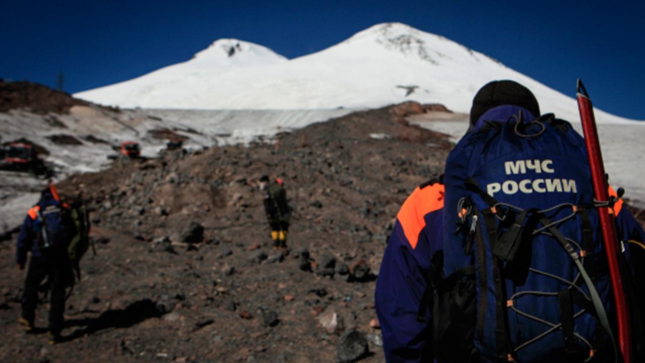 Тела троих погибших альпинистов спустят с Эльбруса в воскресенье