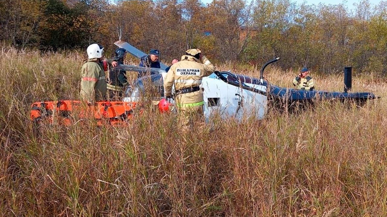 На Камчатке частный вертолет завалился на бок при посадке