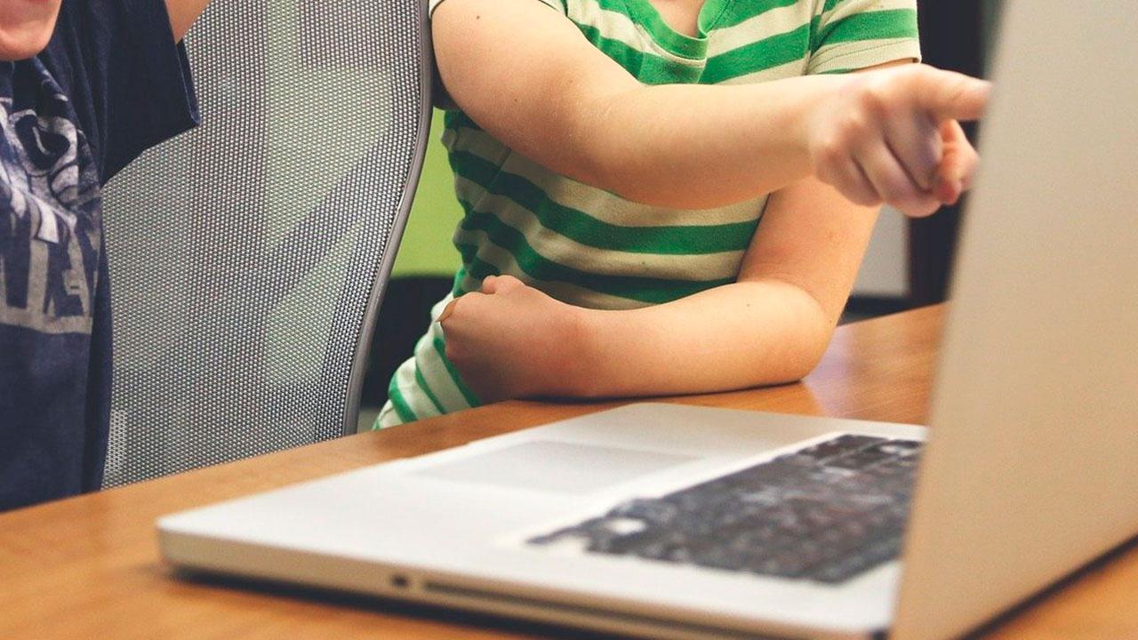 Путин поручил проконтролировать вопрос госрегулирования информации для детей в интернете