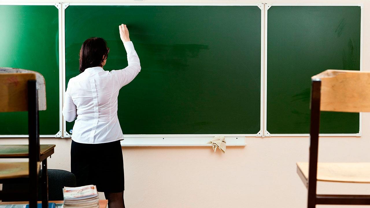 Президент РФ поручил продумать совершенствование системы оплаты труда педагогов