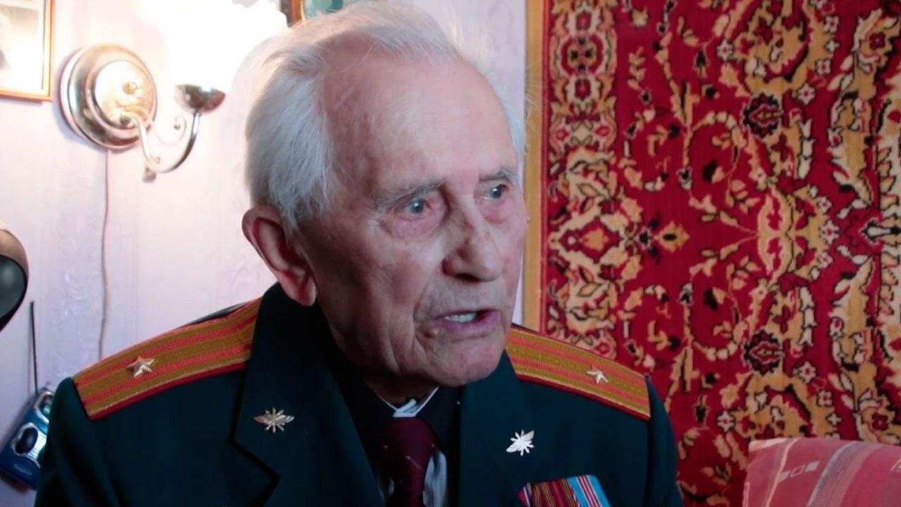 98-летнего ветерана ВОВ поздравили с Днем пожилого человека в Новосибирской области