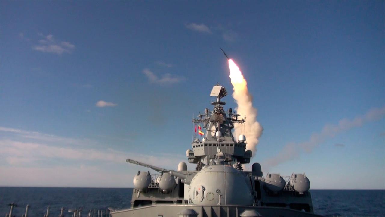 巡洋舰瓦良格号和 BOD Admiral Tributs 在日本海进行火箭发射