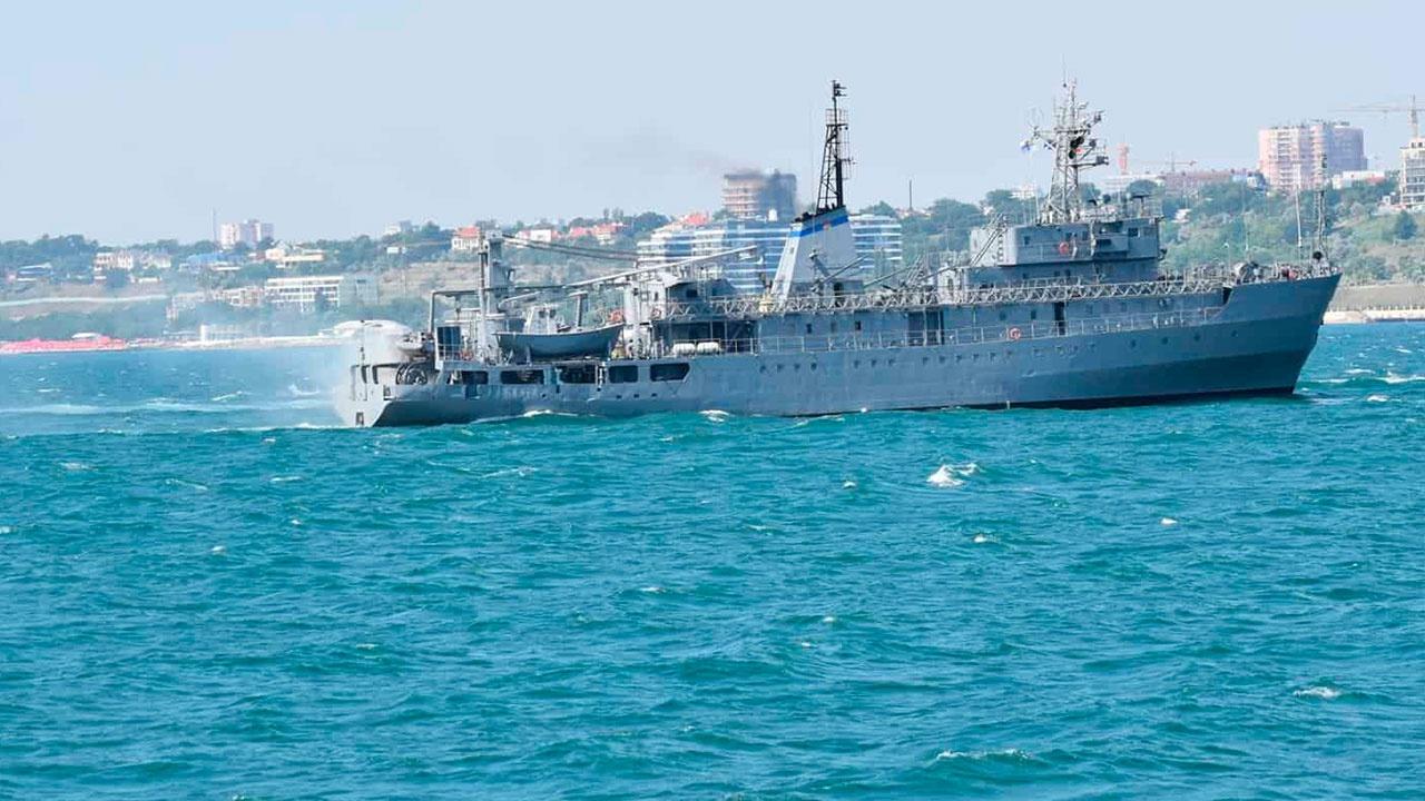 Корабль ВМС Украины терпит бедствие в Черном море