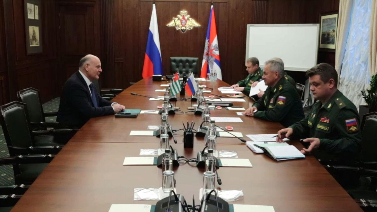 Министр обороны РФ провел встречу с президентом Абхазии
