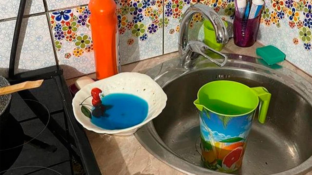 У жителей Якутска из кранов потекла вода синего цвета