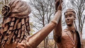 Привет от Аленки: жителей Павлово напугал новый памятник молодоженам