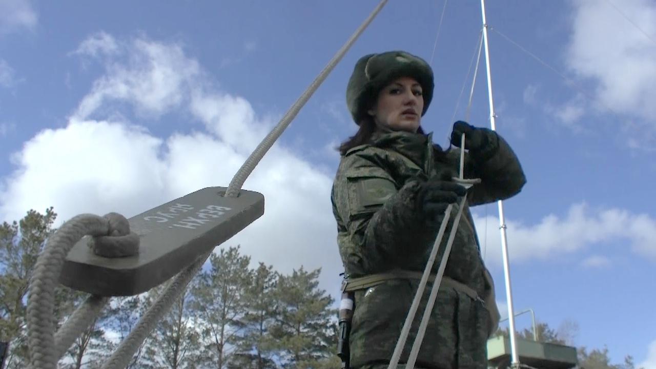 Девушки-военнослужащие прошли тактико-специальную подготовку в ВВО накануне Дня военного связиста