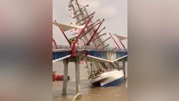 В Эквадоре бразильский военный парусник врезался в мост