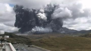 Первые моменты извержения вулкана Асо в Японии попали на видео