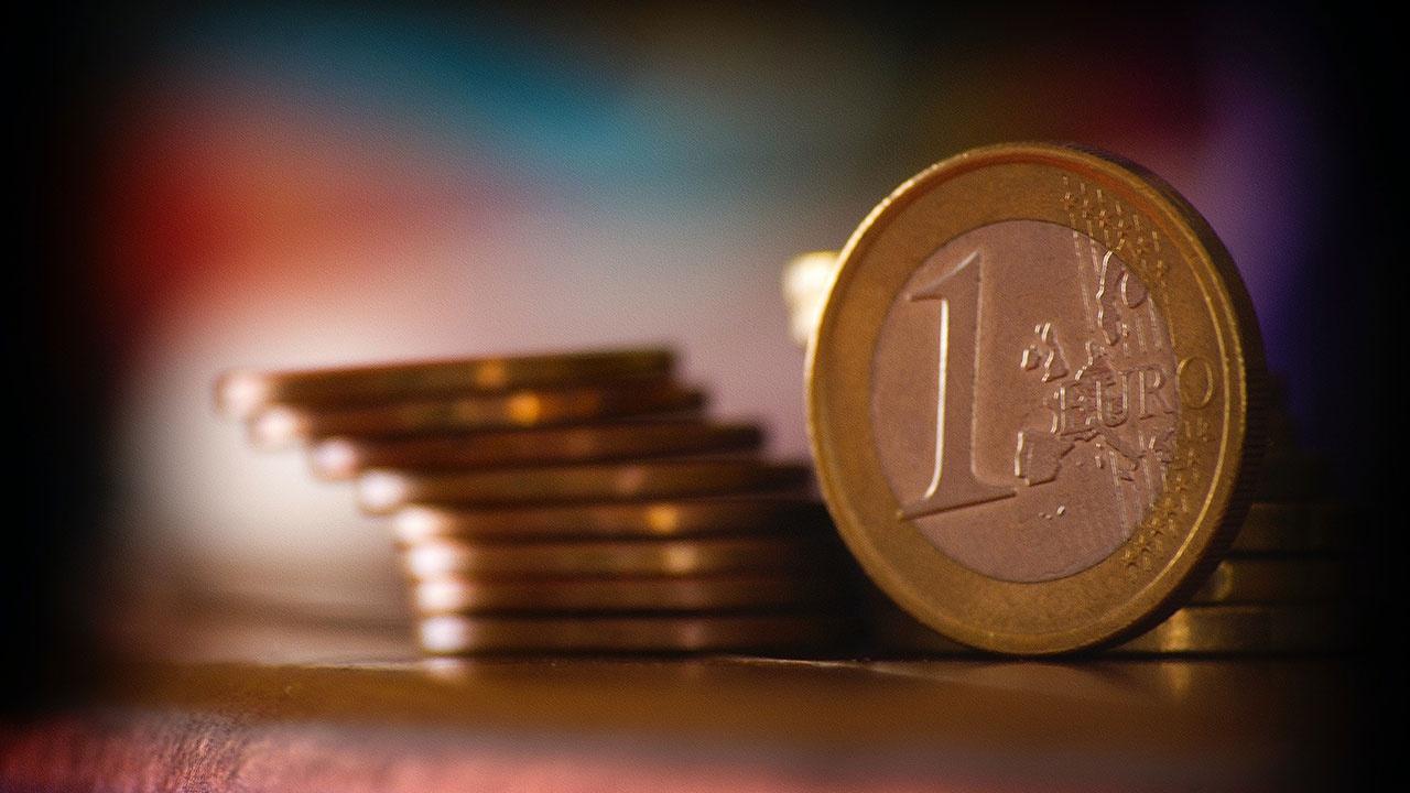 Курс евро опустился ниже 81 рубля впервые с июля 2020 года