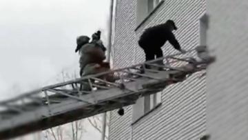 Опубликованы кадры спасения запертых в квартире в Иркутской области четверых детей