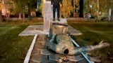 Украинские националисты разрушили памятник Чапаеву в Лубнах