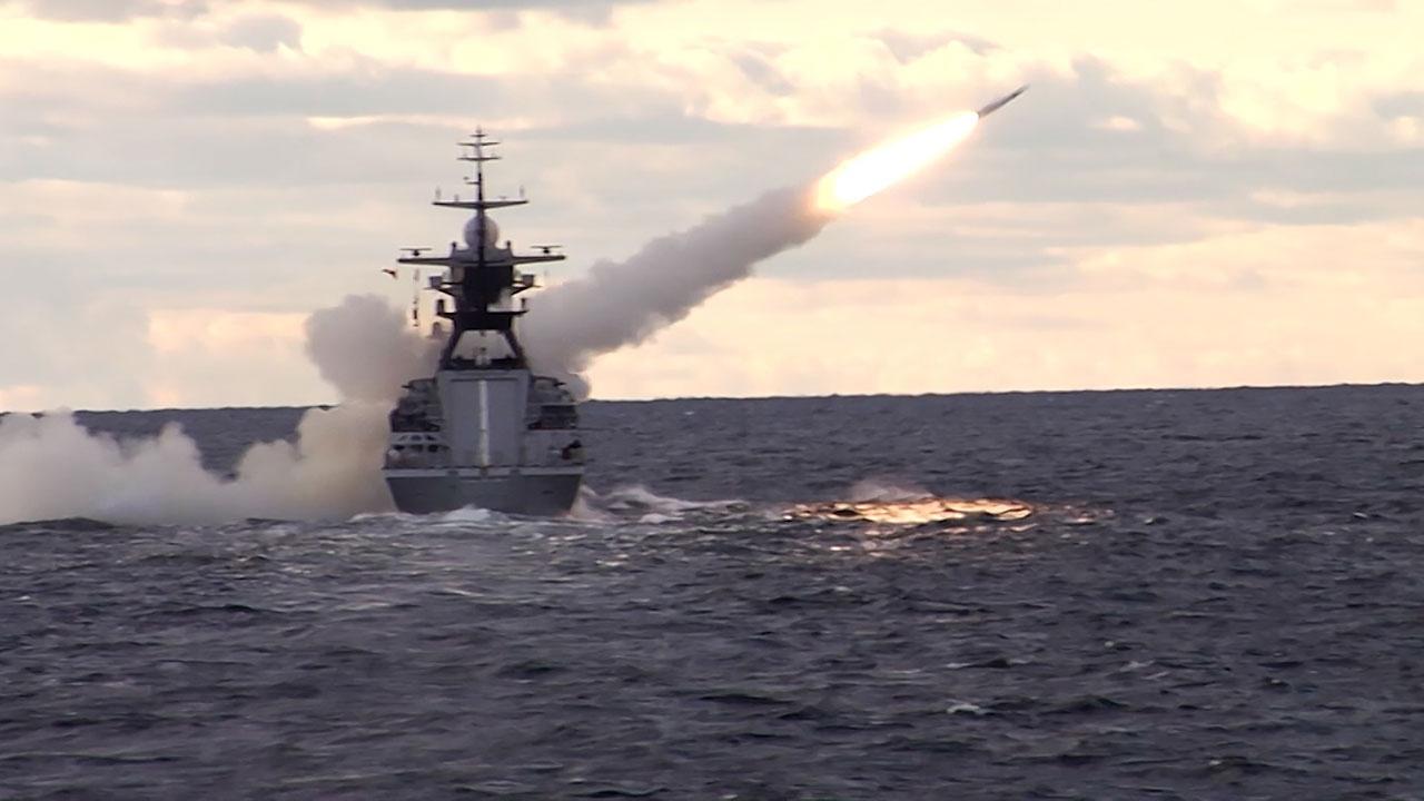 Экипажи Балтфлота разыграли морскую дуэль у берегов Калининградской области