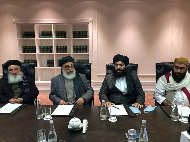 Глава политического совета движения Талибан* в Катаре Шер Мохаммад Аббас Станикзай(второй слева) на переговорах в Москве.